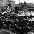 """Anti-Waldheim Demonstration 1986. Demonstration am Heldenplatz in Wien 1986: Menschenmenge mit Schirmen und einem Transparent: """"2 Jahre gelogen - Go Kurti go!"""". © VGA (E10/284)"""