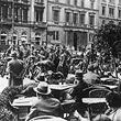 1.Mai 1933.  Aufmarschverbot für politische Parteien: im Vordergrund Gäste im Caféhaus Prückel am Luegerplatz, dahinter Truppen in Bereitschaft. © ÖNB / Hilscher (H 1985/5)