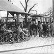 1.Mai 1933. Aufmarschverbot für politische Parteien: Kaffeehaus wird durch Stacheldraht gesichert. © ÖNB / Hilscher (H 1985/1)