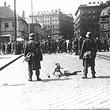 1.Mai 1933. Aufmarschverbot für politische Parteien: Bundesheer in Bereitschaft, im Hintergrund zahlreiche Passanten hinter Stacheldraht. © ÖNB / Hilscher (H 1985/7)