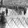 1.Mai 1933. Aufmarschverbot für politische Parteien: Bundesheer in Bereitschaft, Passanten hinter Stacheldraht. © ÖNB / Hilscher (H 1985/3)