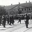 1.Mai 1933.  Heeresminister Vaugoin (beim Überqueren der Straße), Bundesheer in Bereitschaft. © ÖNB / Hilscher (H 1985/4)