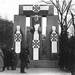 Februar 1934. Mit Kruckenkreuzfahnen verhülltes Republikdenkmal, Dollfuß-Bild. © ÖNB / Hilscher (H 2437/8)