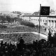 Hitler am Heldenplatz. Hitler am Balkon der Hofburg bei seiner historischen Rede. Blick über den Heldenplatz mit der Menschenmenge. © ÖNB (S 60/48)