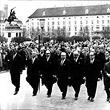 Gedenkmarsch der Regierung für Ernst Kirchweger. Die Bundesregierung marschierrt in Gedenken für den bei Demonstration bei der Oper ums Leben gekommen Pensionisten Ernst Kirchweger über den Heldenplatz. © ÖNB / Kern, F. (FO401807/01)