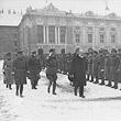 Gedenkfeier zur Errichtung der Republik. Bundespräsident Michael Hainisch schreitet am Heldenplatz die Front ab. © ÖNB (L 12.009 - C)