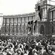 Kundgebung auf dem Heldenplatz. Menschenmenge vor der Hofburg. Zahlreiche Hakenkreuzfahnen. © ÖNB (Pz 1938 III 12 /Wien/3/2)