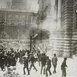Justizpalastbrand 1927. Sturm auf den Justizpalast. © ÖNB (Pk 4975, 6)