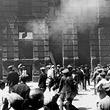 Justizpalastbrand. Menschenmenge in der Nähe des brennenden Justizpalastes. © ÖNB / Hilscher (H 1720/15)