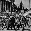 Kriegsende. 1945 - Am Parlament ziehen Menschen mit rot-weiß-roten Fahnen und zum Teil in KZ-Häftlingskleidung vorbei. © VGA (E2/756)