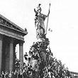 Anschluss 1938. Menschenmassen vor dem Parlament und auf der Pallas Athene in Erwartung Adolf Hitlers. © ÖNB (436.402-B)
